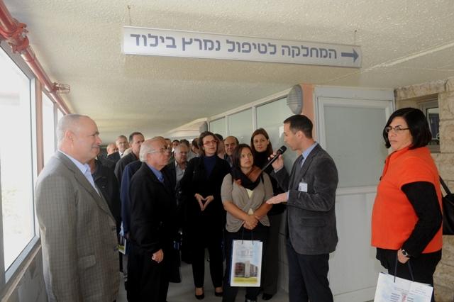 מר צחי כהן, סגן מנהל המרכז בסיור עם השגרירים